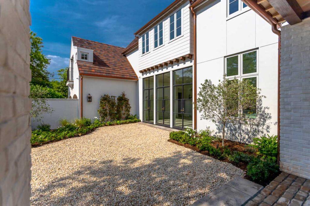 river-oaks-custom-home-yard